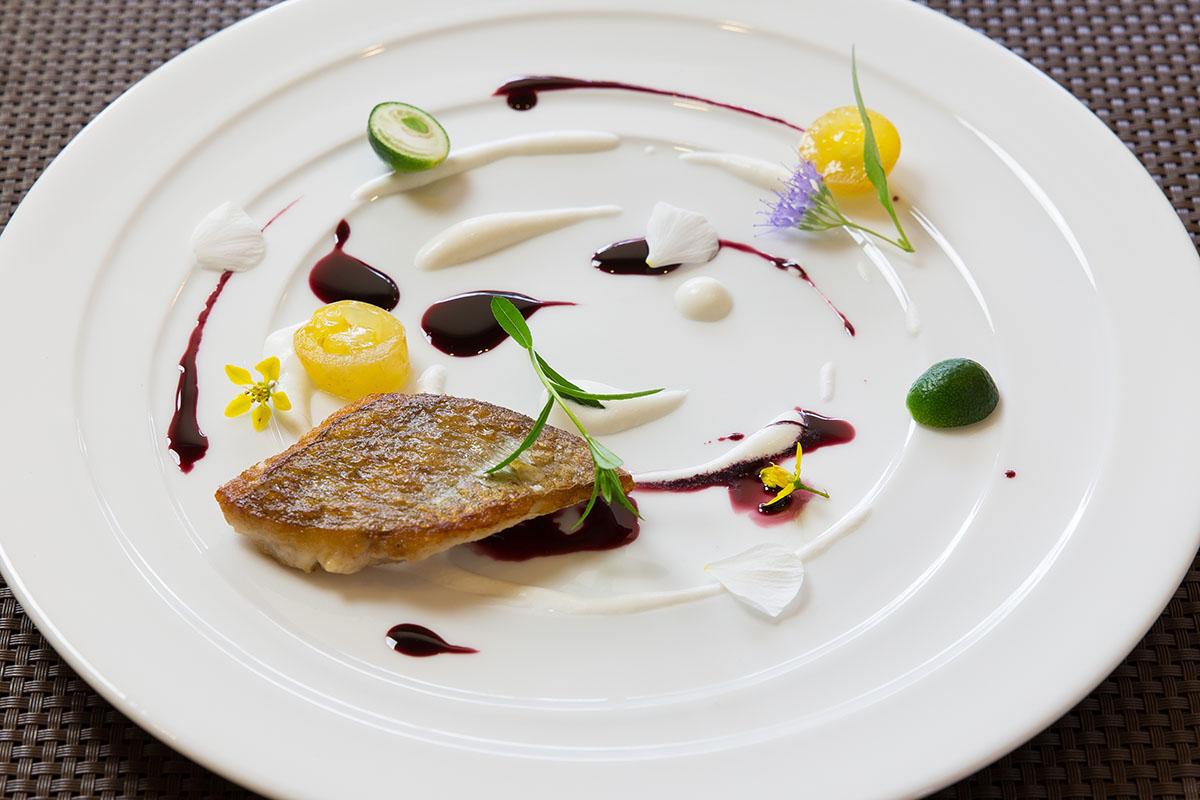 真鯛のポワレ フレッシュチーズのクリームと濃縮赤ワインのソース